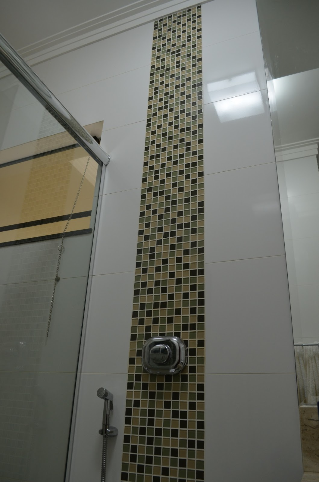 torres de pastilhas servem de destaques para a monocromia do azulejo  #59523B 1059x1600 Banheiro Azulejo Pastilha