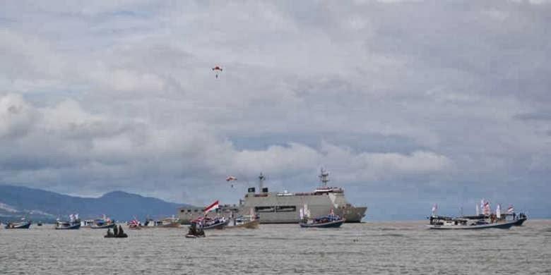 Parade kapal perang (KRI), kapal nelayan, dan helikopter melintas di Pantai Talise, Palu, Sulawesi Tengah, Minggu (15/12/2013), dalam rangkaian kegiatan Hari Nusantara 2013.