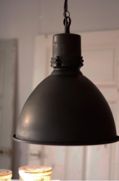 Industrilampor Kok : Svarta industrilampor fron Nordal kommer honga over matsalsbordet