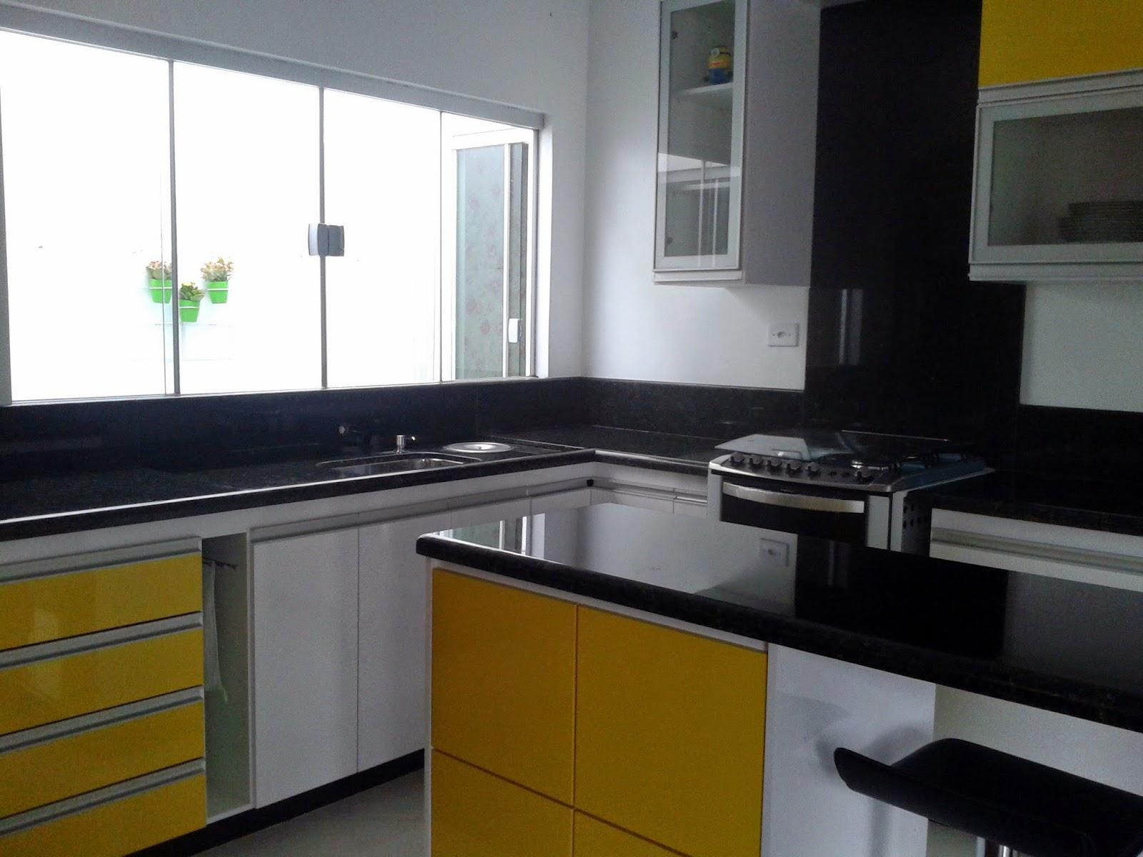 Cozinha Planejada Amarelo Branco e Preto