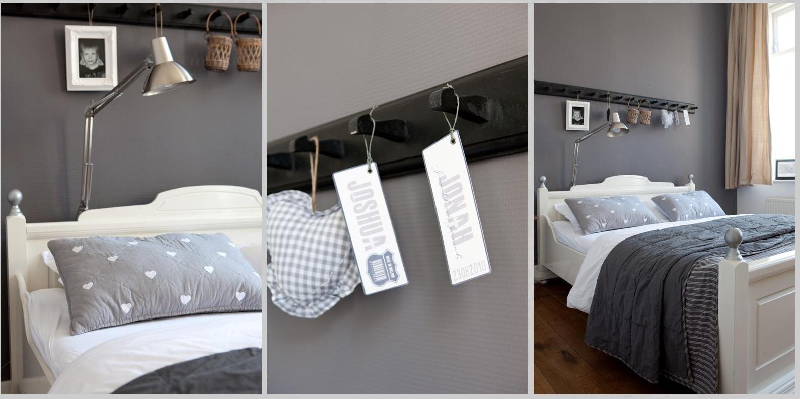 Ook de slaapkamer is ingericht in wit- en grijstinten.