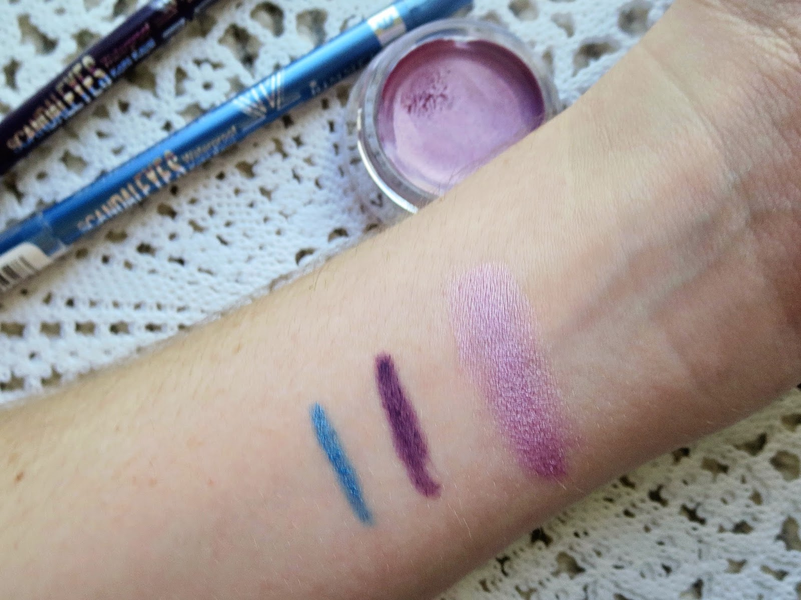 a picture Maybelline Hibiscus Heartbreaker, Rimmel Scandaleyes Kohl in Purple & Turquoise (swatch)