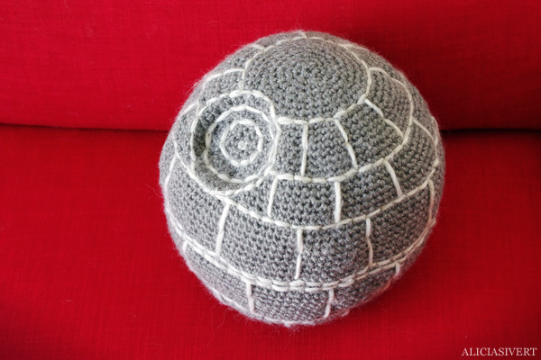 aliciasivert, alicia sivertsson, alicia sivert, virkad dödsstjärna, dödsstjärnan, virka, virkning, textil, kudde, kuddar, textile, cushion, pillow, crochet, crocheted deathstar, the death star, spaceship, space ship, star wars, rymdskepp, broderi, embroidery, needlework, nerd, home,