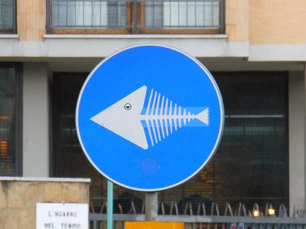 Arte urbana - sinais de trânsito de Clet Abraham