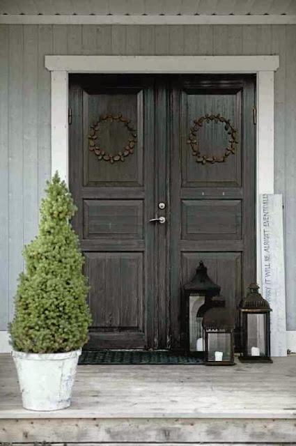 Prosta i gustowna świąteczna aranżacji drzwi
