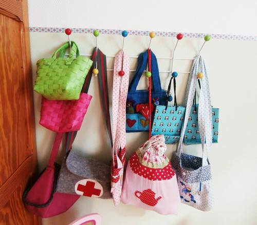 Spielzimmer Kinderzimmer Garderobe Eames-Style