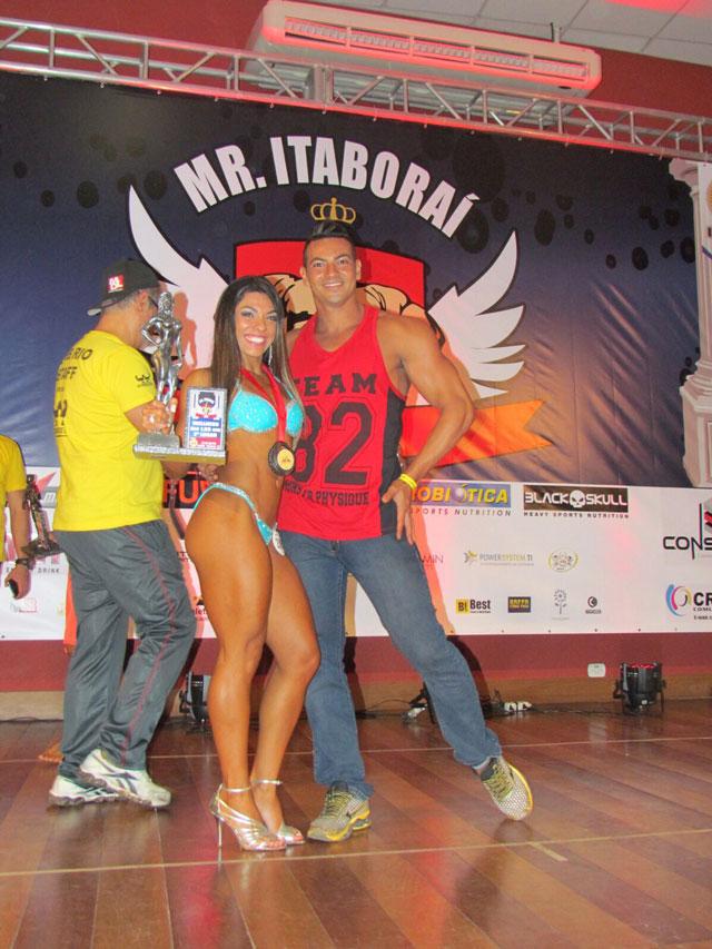 Carla Carra, vice-campeã Wellness até 1,58 m, ao lado do marido Breno Neves. Foto: Arquivo pessoal