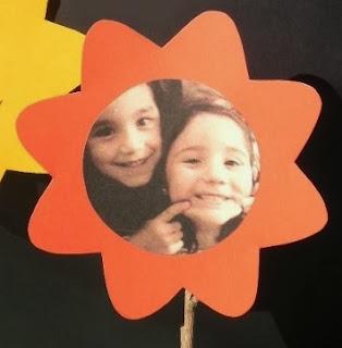 http://lasmanualidades.imujer.com/6165/flores-de-cartulina-para-el-dia-del-amigo