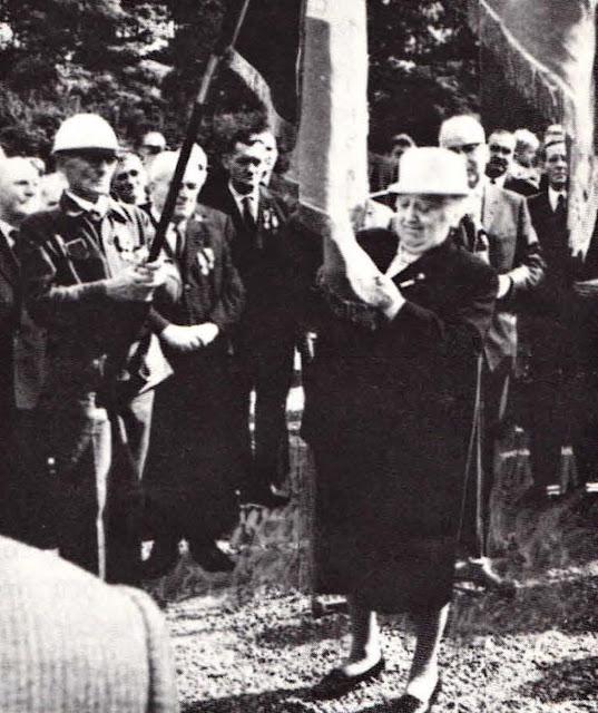 1er septembre 1968 Mme DESCHAMPS épingle la médaille du Mérite Philanthropique sur le drapeau de  « L'Union Docteur Ernest SCHAFFNER »