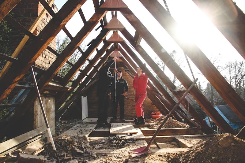 Abgedecktes Haus mit freien Dachbalken