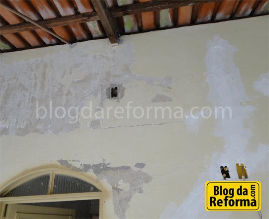 Trincas e descascados nas paredes