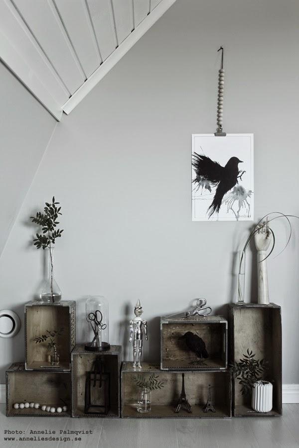 hänga upp posters, tavla, tavlor i svartvitt, lådvägg, lådor mot vägg, väggen, grtått, konsttryck, webbutik, posters webshop, konst, silver pinocchio, träkulor, svartvitt, svarta och vita