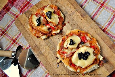62. Pizza góralska z oscypkiem i żurawiną na cienkim cieście
