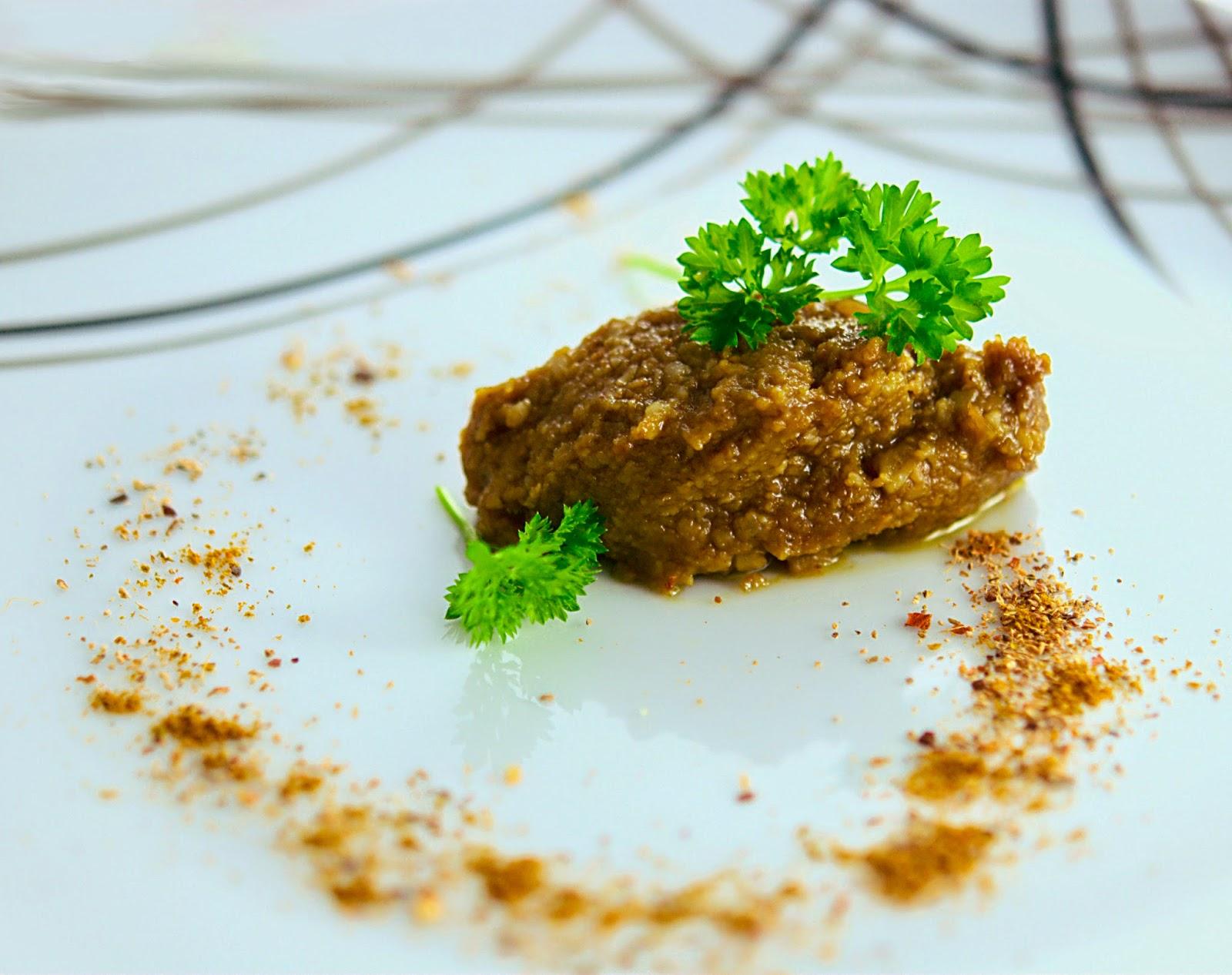 Mango-Curry pesto on a plate