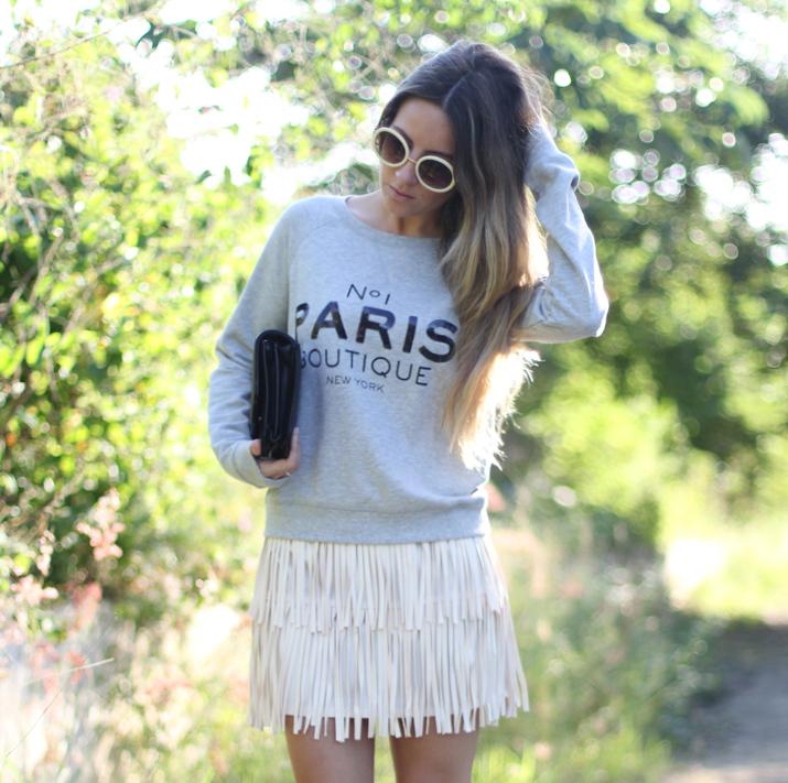 Falda de flecos y sweater París por bloguera de moda