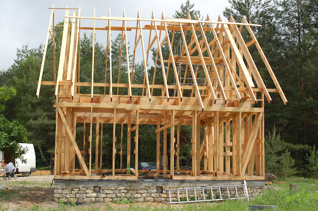 Dom-drewniany-w-trakcie-budowy