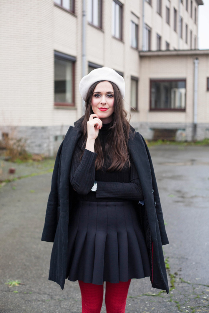 Outfit: Christmassy in white beret, black neoprene skirt and red tights