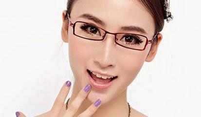 Bergaya Dengan Kacamata Sesuai Bentuk Wajah dan Warna Kulit