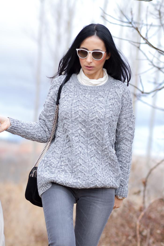 Jersey de lana grueso de espiga y pantalones denim grises Look Blogger de moda withorwithoutshoes