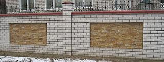 Кирпичный забор с ковкой. Фото 24