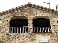 Els dos arcs rebaixats amb balconada, de la façana est d'El Boix