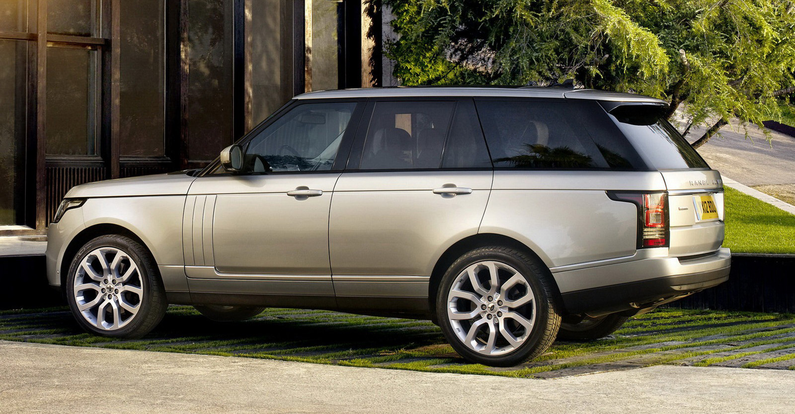 on the road with zoom 2013 land rover range rover is bigger and much lighter. Black Bedroom Furniture Sets. Home Design Ideas