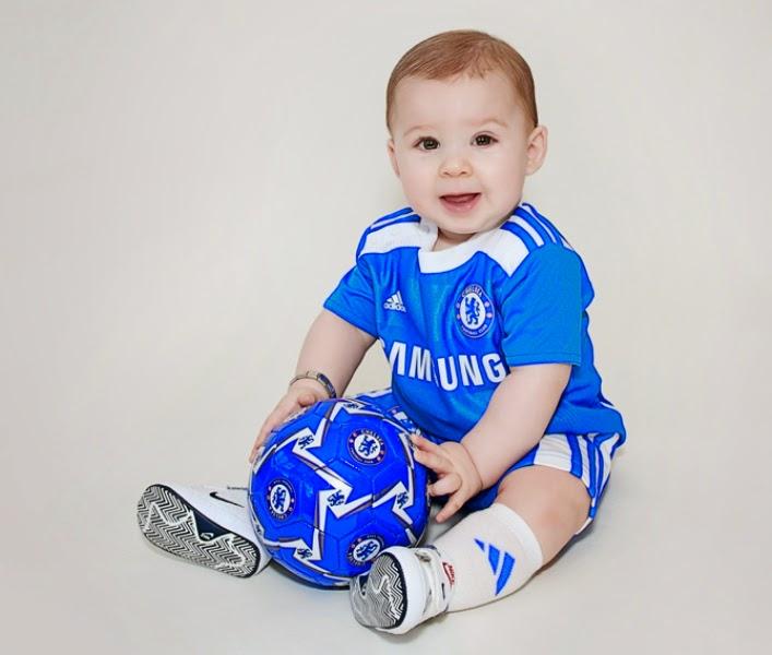 Foto bayi lucu pakai baju sepak bola chelsea