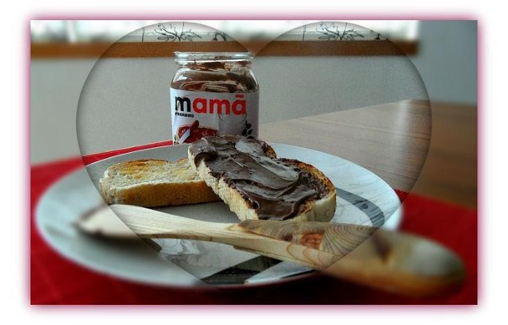 """Imagem de frasco de Nutella rótulo promocional personalizado """"Mamã"""", prato com pães e espátula sueca de madeira."""