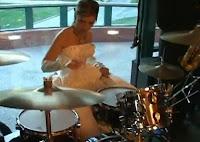 Novia tocando batería