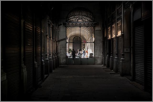 Passatge Bacardí Barcelona Plaça Reial Alegoría Futuro Negro
