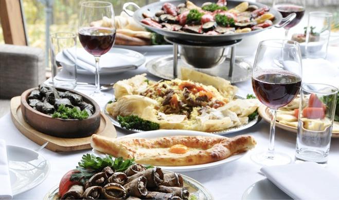 Накрытый стол кухней Кавказа