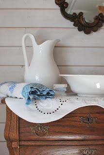 Piironki, peili ja pesupöytä-asetelma