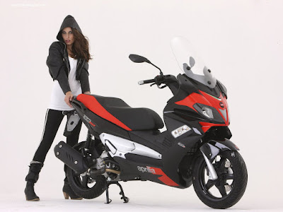 motos-chicas-scooter-aprilia-wallpaper-morocha-gatitos-animales