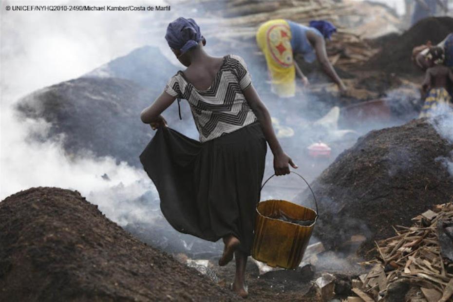 Niña de 11 años trabajando en condiciones infrahumanas en la ciudad de San Pedro (Costa de Marfil)