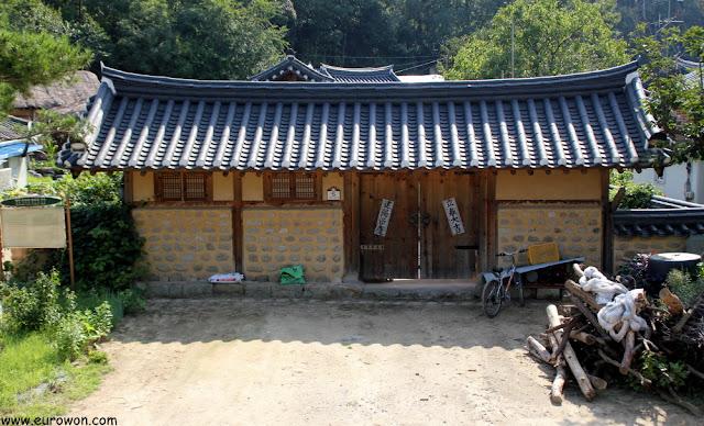 Entrada a un hanok de la aldea Museom