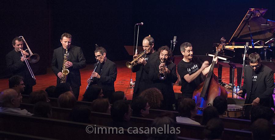 La Vella Dixieland al complet, amb l'habitual tancament d'actuació a peu d'escenari, Auditori de Vilafranca, 18-1-2015