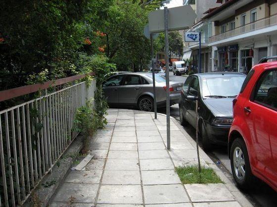 Δε μπορείς να περάσεις απέναντι από τα παρκαρισμένα