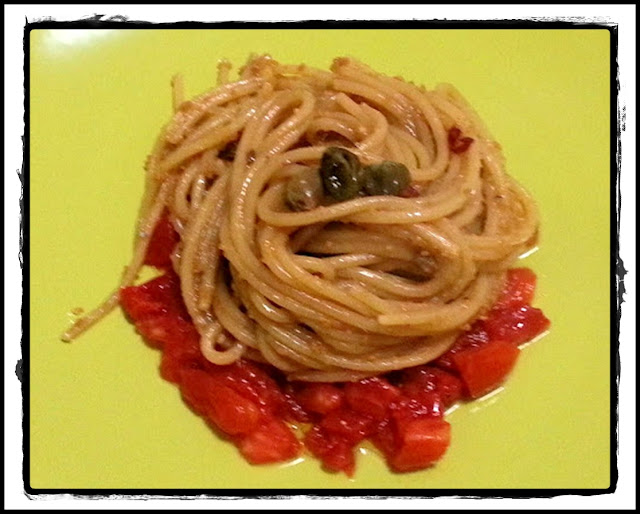 spaghetti capperi e acciughe su dadolata di cuore di bue