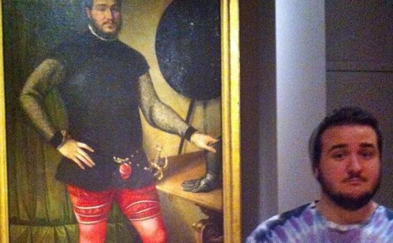 Max Galuppo berdiri di samping lukisan dari abad ke-6 di Philadelphia Museum of Art.