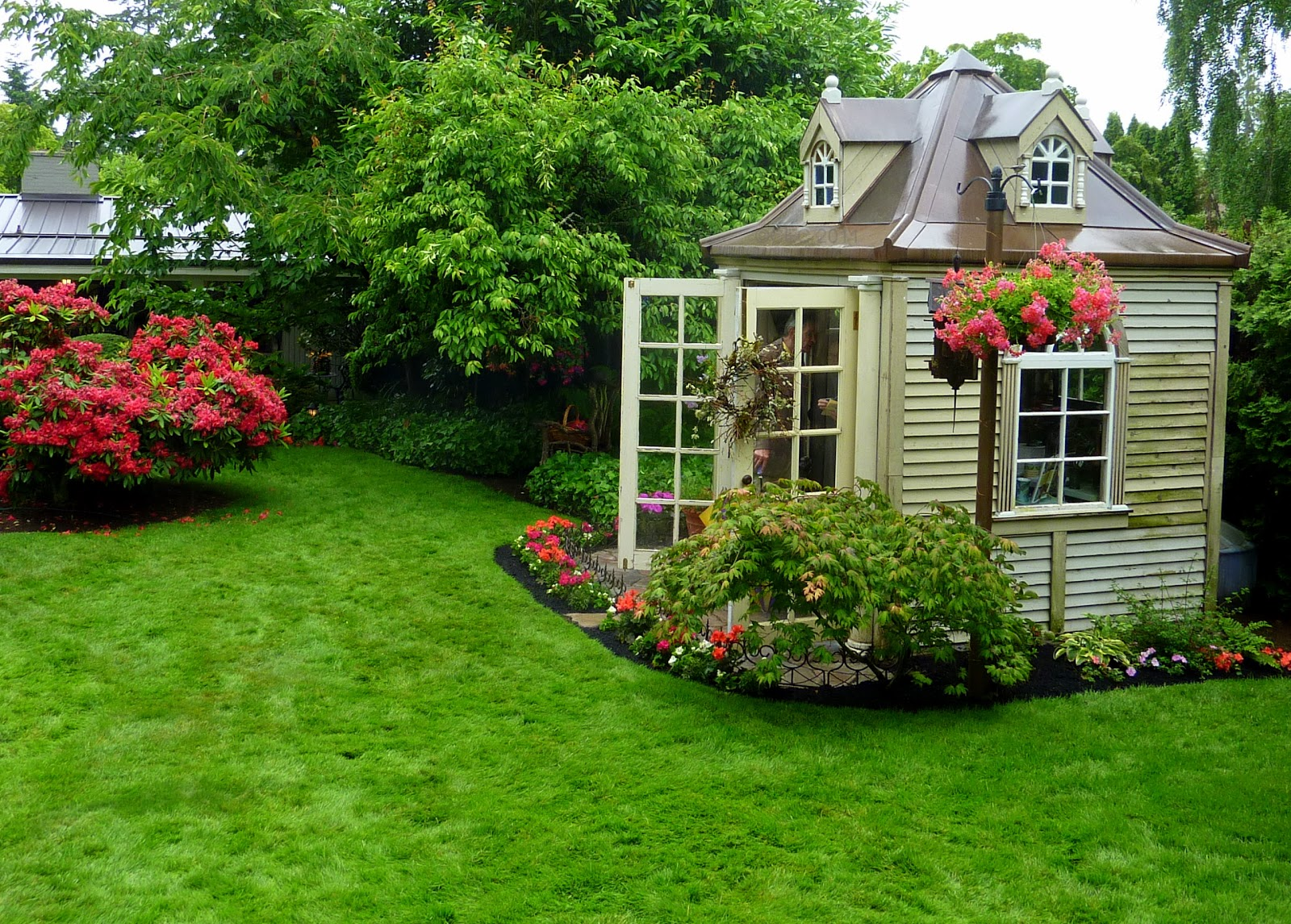 Gardens for small houses for Small house garden design