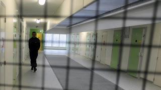 Un surveillant pénitentiaire, dans le hall de la prison de Rodez (Aveyron)