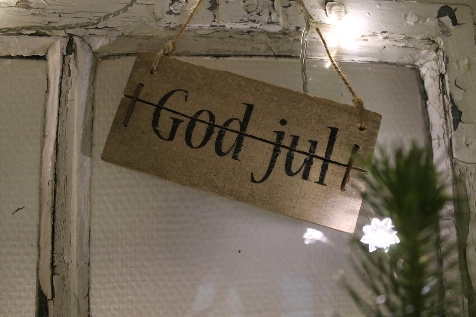 Gårdejerindens univers: Julepyntet vindue i køkkenet..