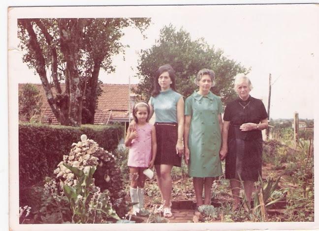 Quatro gerações: minha avó, mãe, eu e minha filha.