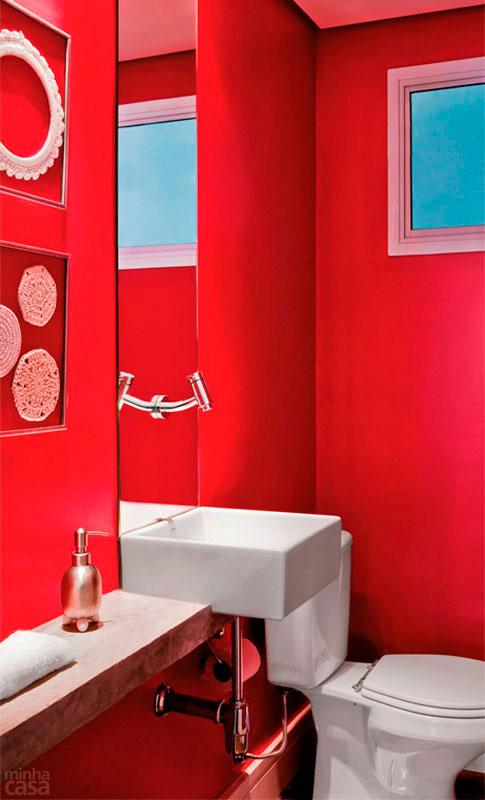decoracao de interiores banheiros pequenos : decoracao de interiores banheiros pequenos:abaixo armários com cestas de palha para guardar os obejtos