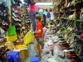 Mercadillo de zapatos en Ho Chi Minh City (Saigon)