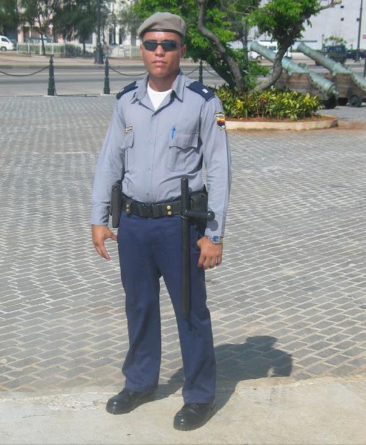 http://1.bp.blogspot.com/-NuE-8YOwJwA/URB4jtKJY9I/AAAAAAAACpU/PsLEDwnBwb8/s640/Yoenanis-Sanchez-Policia-Cubano.jpg