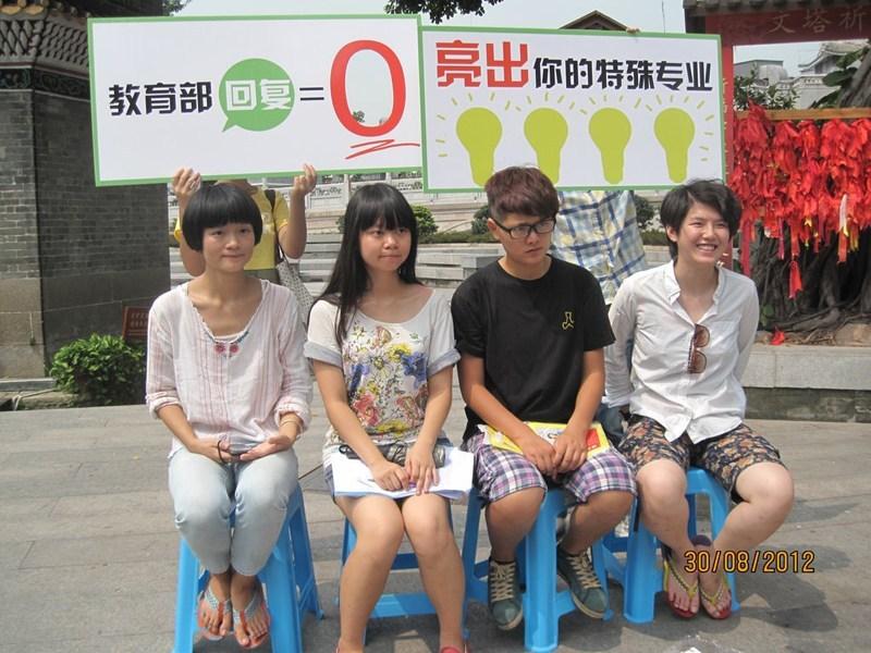 Pelajar Perempuan Cukur Rambut Tanda Protes Di China (9 Gambar)