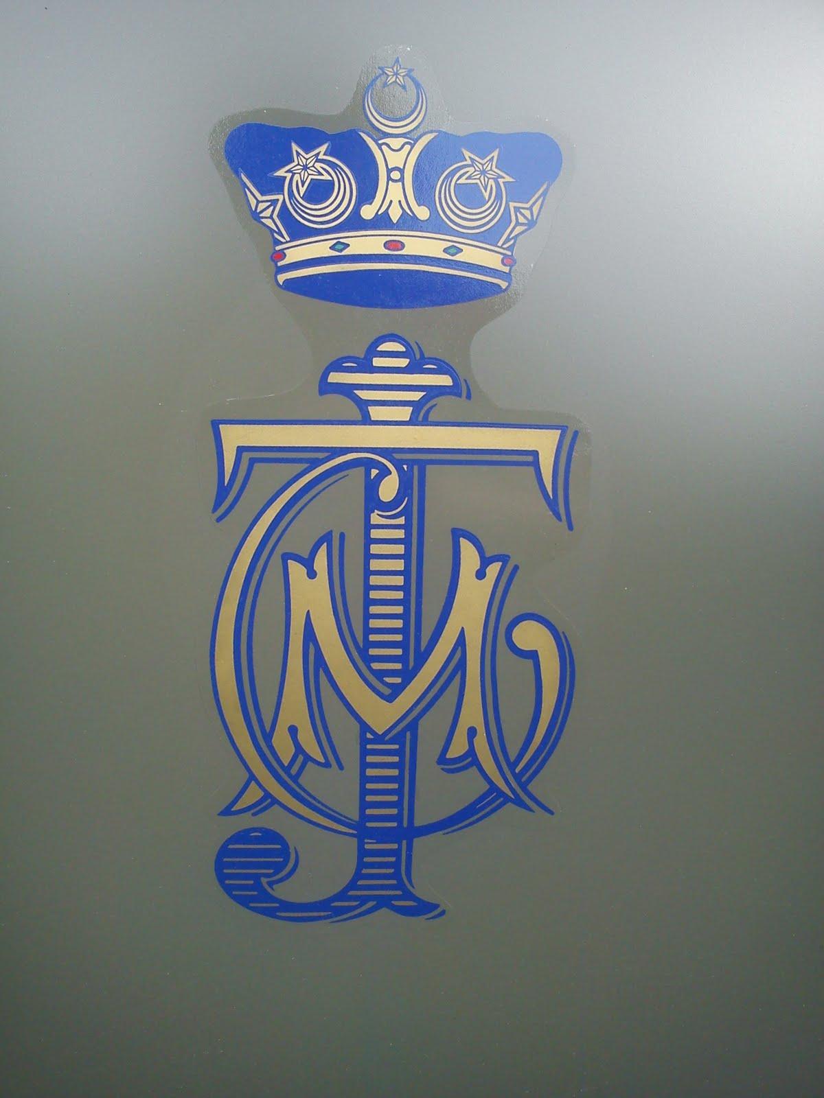 Kiri: lambang Tunku Mahkota Johor, Kanan: Lambang Timbalan Setia