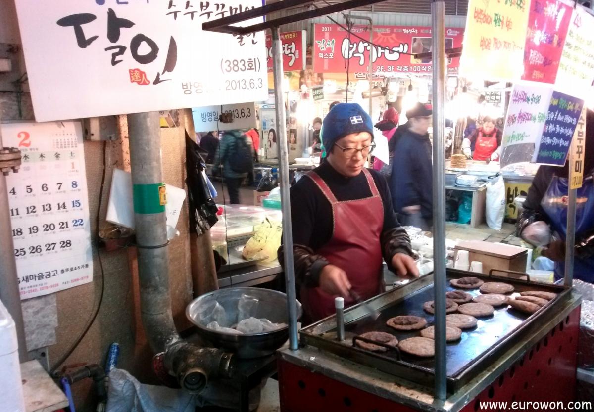 Puesto de pasteles Susubukkumi en el mercado Gwanjang de Seúl