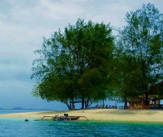indahnya pantai gili sudak lombok